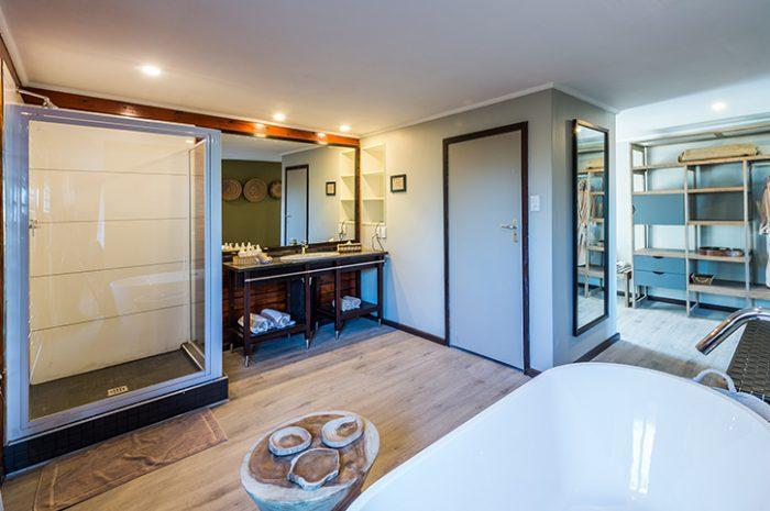 Kariega Ukhozi Lodge Suite Bathroom
